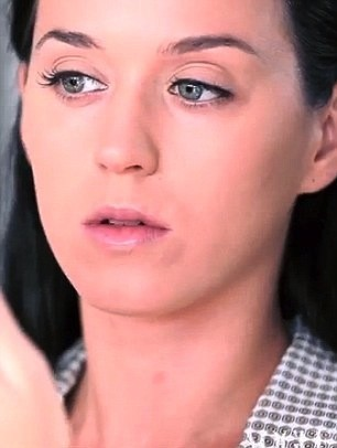 Katy Perry: elle sublime son visage en se maquillant en direct !
