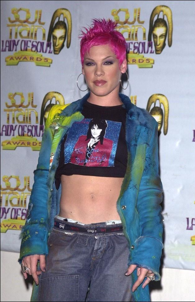 Septembre 2000 : Pink avec les cheveux roses