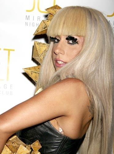 Du jaune à peine perceptible derrière les cils très noirs de Lady Gaga