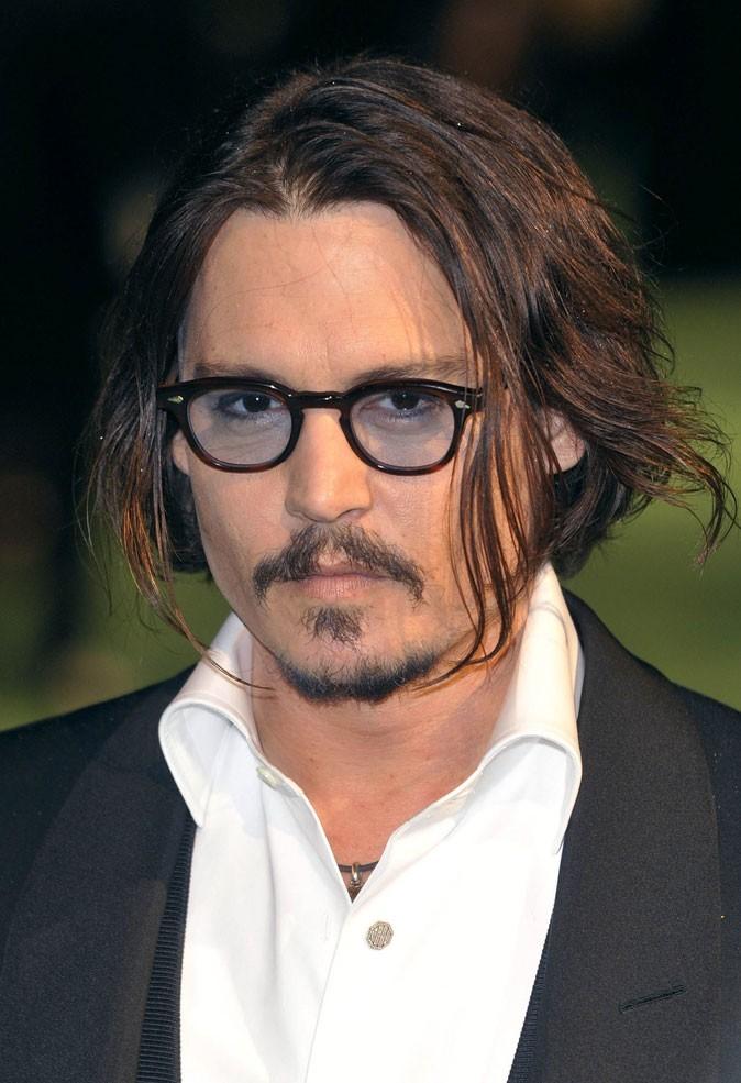 Les cheveux mi-longs de Johnny Depp !