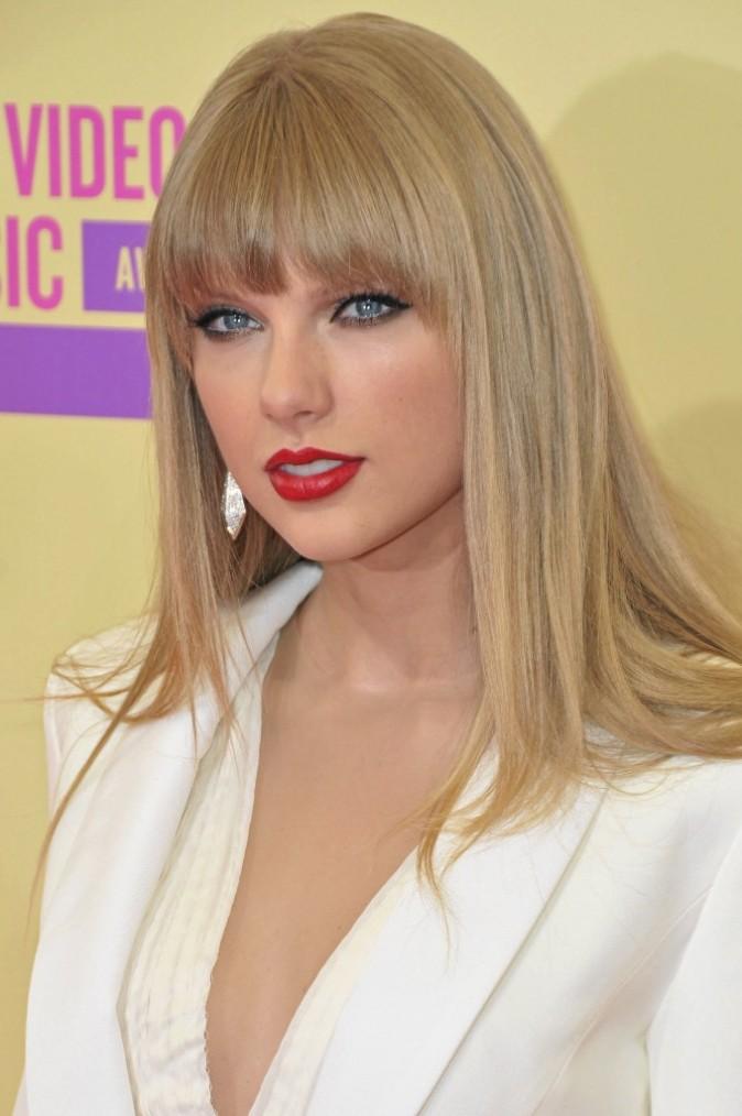 Comme Taylor Swift, on garde le classique rouge en tube !