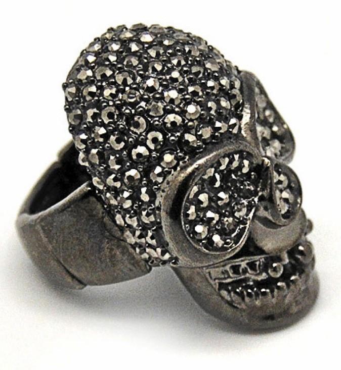 Bague en métal noir tête de mort, Lessisrare.fr, 49€