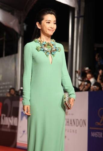 Bingbing Li toute en simplicité dans sa robe Gucci.