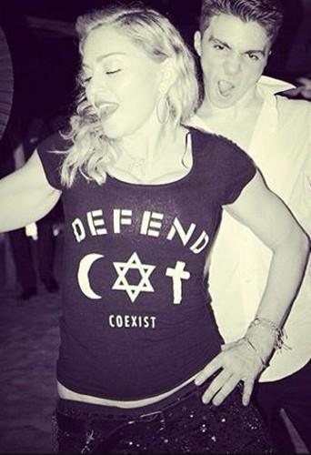 Madonna en Defend Paris …