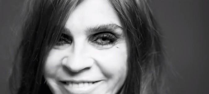 Elle se dessine une petite étoile sur le coin des yeux !