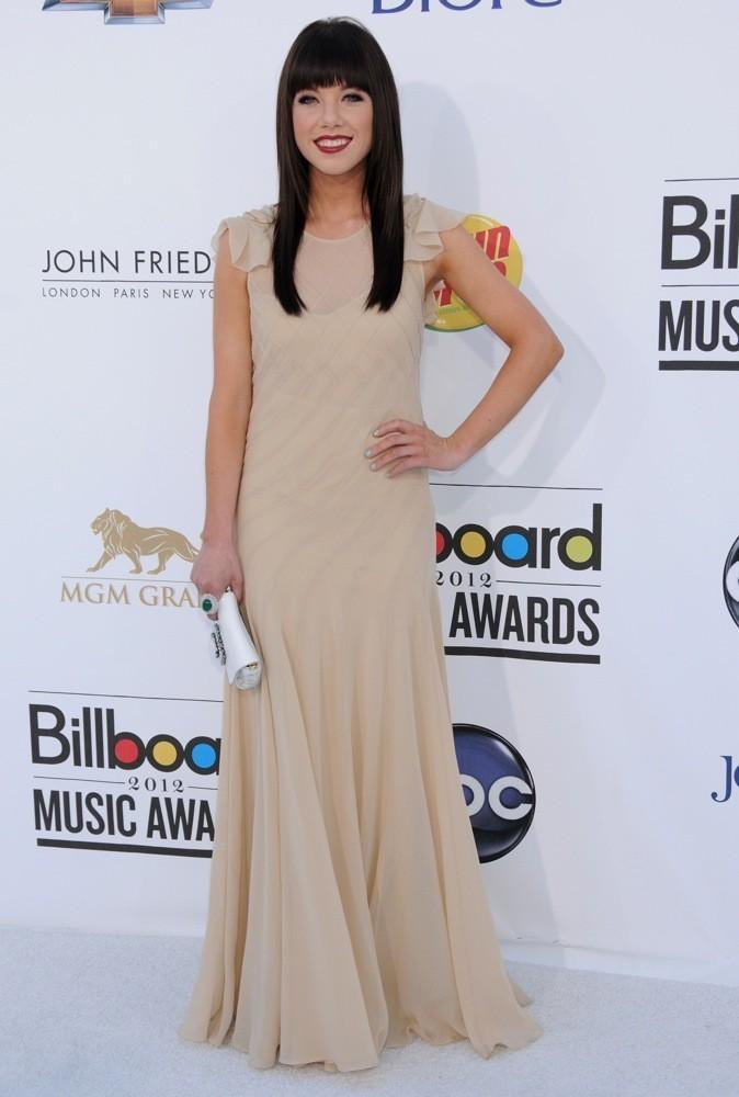 Elle est radieuse dans sa longue robe beige !