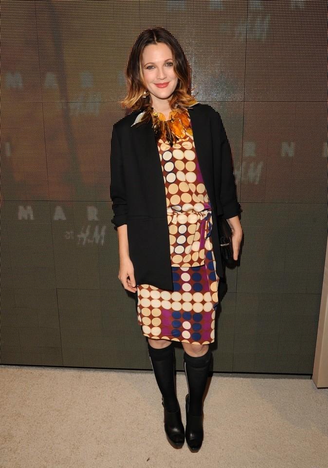 Drew Barrymore en Marni pour H&M. Mention spéciale pour le collier à plumes.