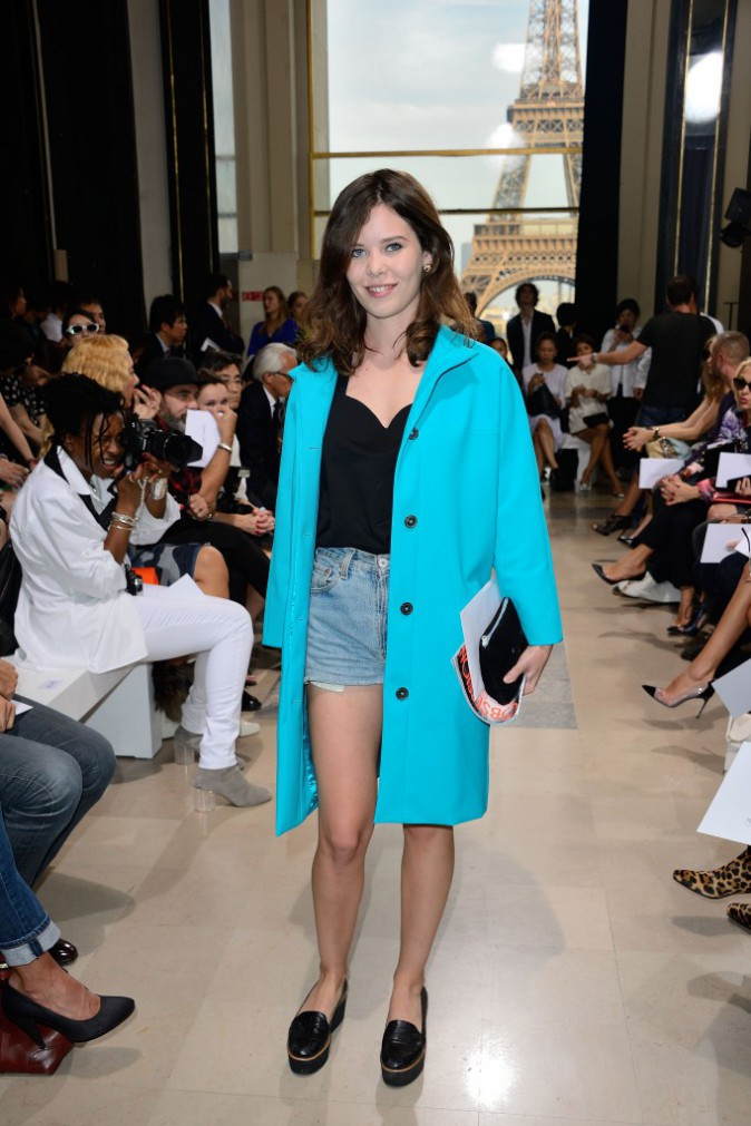 Lou Lesage, la pointue en micro-short et grand manteau bleu,