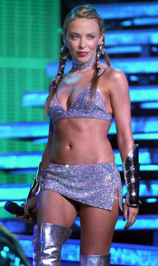 Beauté : Qui est cette chanteuse à la quarantaine bien entamée, et aux jambes d'une fermeté inégalée ?