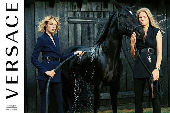 Edie Campbell et Anna Ewers dans la nouvelle campagne Versace