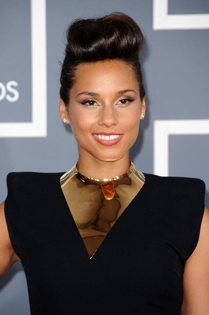 Alicia Keys, la reine de la soul rayonne dans sa robe structurée Alexandre Vauthier, sublimée par un collier plastron.