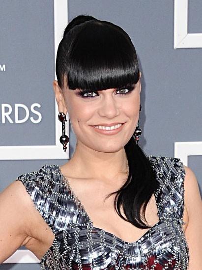 Jessie J en robe fourreau lamée Julien Macdonald...