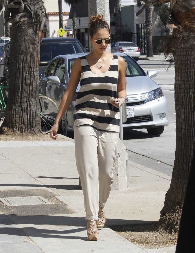 Jessica Alba, toute de beige vêtue !