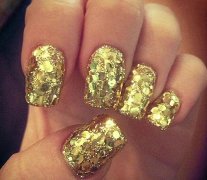 La bague de fançailles que m'a offerte Liam Hemsworth est assortie à mes ongles!