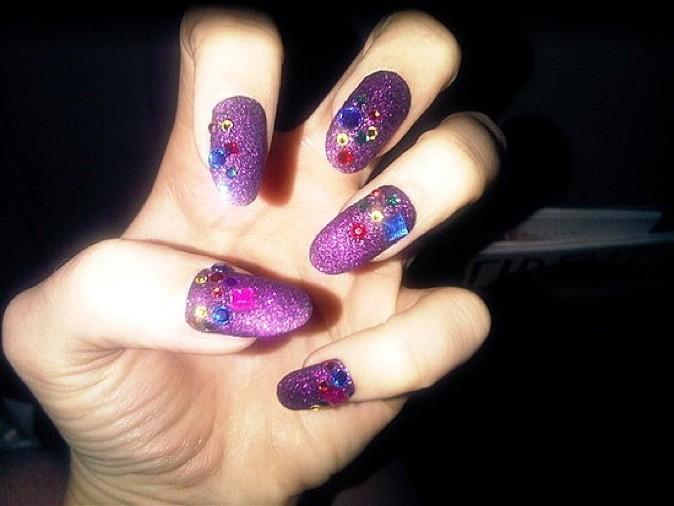 Les ongles colorés avec strass multicolores !