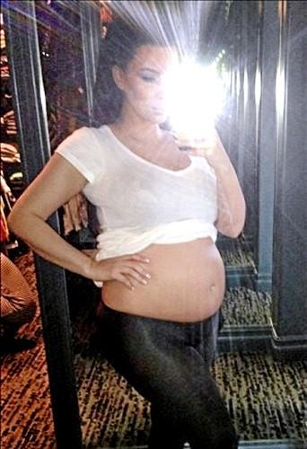Oh le beau bide ! À la voir le ventre à l'air sur Twitter, on se dit que la bimbo enceinte de 6 mois est mieux nue qu'habillée !