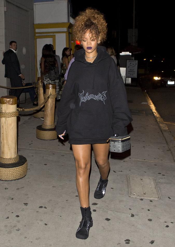 Rihanna en robe-pull