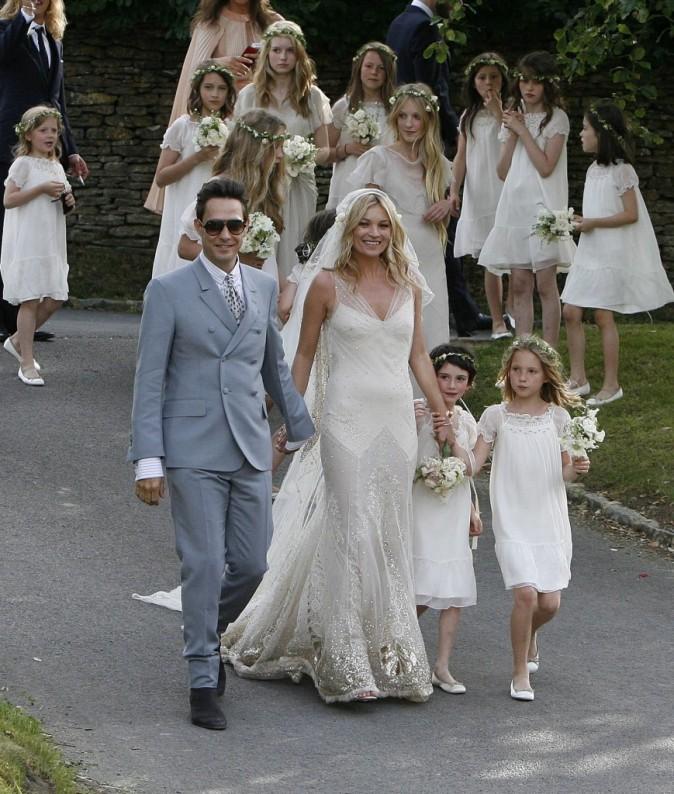 Lila entourée de Kate Moss et de son beau-père Jamie Hince lors de leur mariage