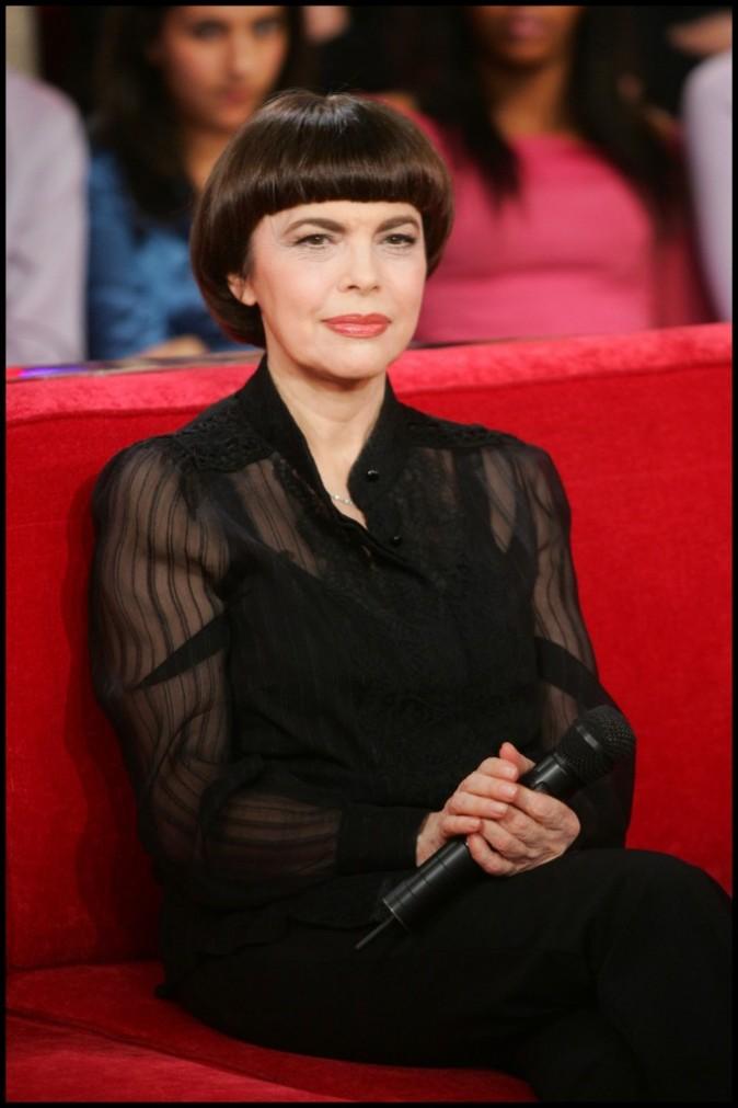 """Mireille Mathieu et sa coupe légendaire : elle a lancé le style """"coupe au bol"""""""