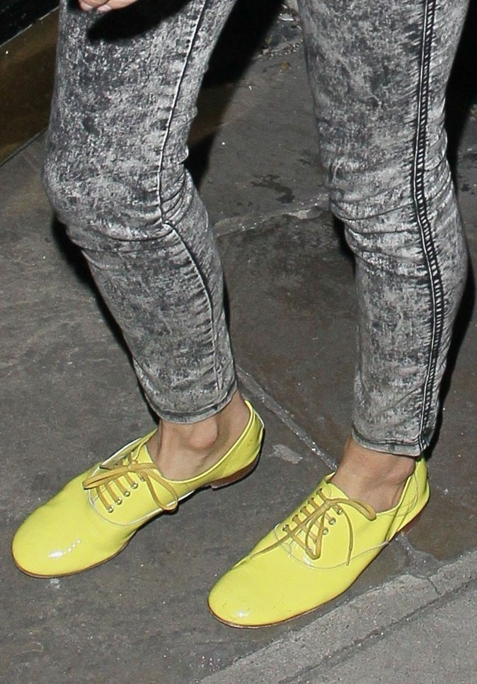 Gros plan sur les derbys jaune citron de Sienna Miller !