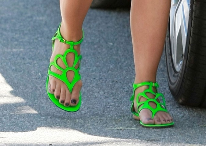Gros plan sur les sandales vert fluo de Selma Blair !