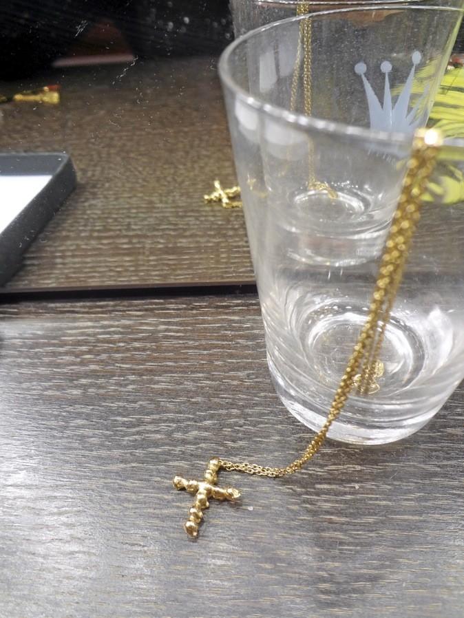 Sautoir croix en têtes de mort. Chic sick chic Paris. 113€