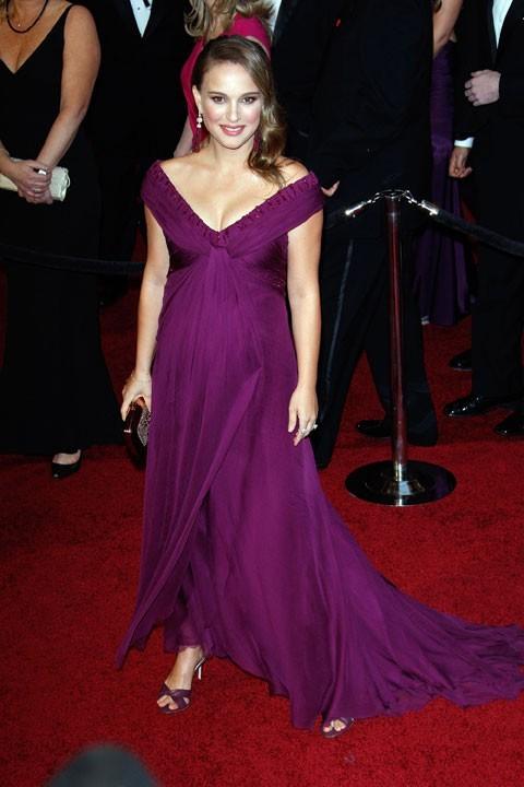 Natalie Portman en 2011 dans une robe de soie violette signée Rodarte