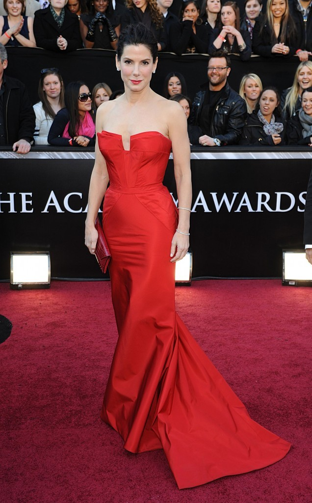 Sandra Bullock en 2011 dans une robe bustier de couleur rouge vif signée Vera Wang
