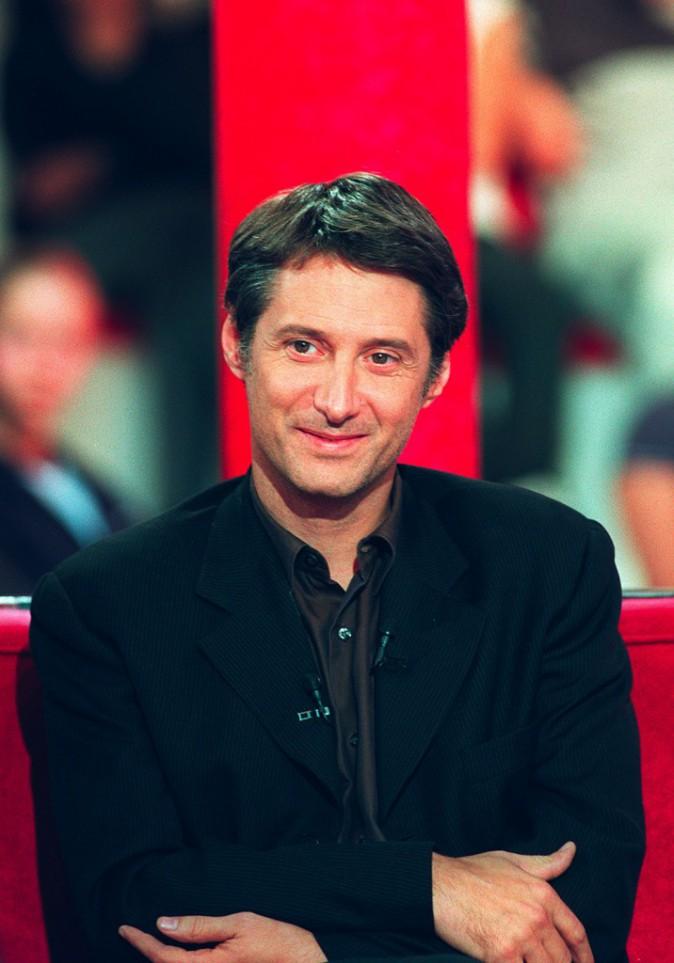 Looks d'Antoine de Caunes : retour sur le CV fashion du nouveau roi de l'infotainment !