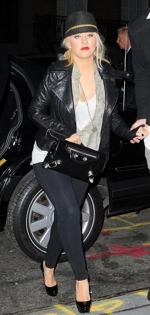 Christina est accro à son legging noir !