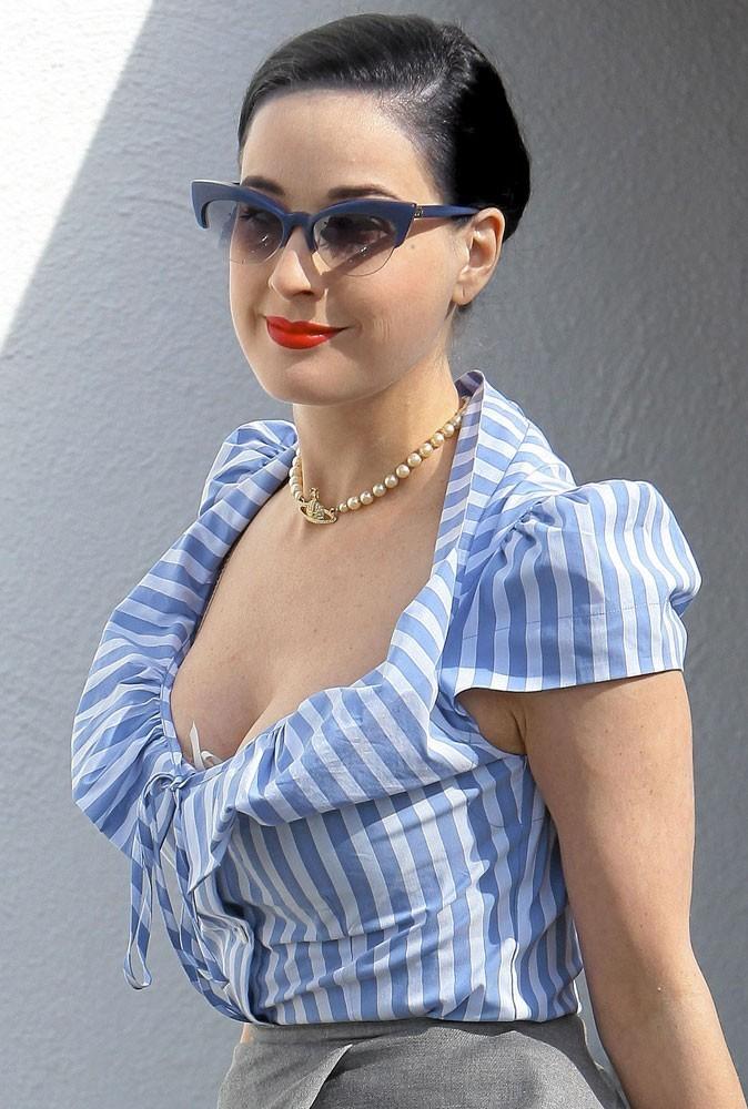 Looks de stars : Dita Von Teese en total look bleu
