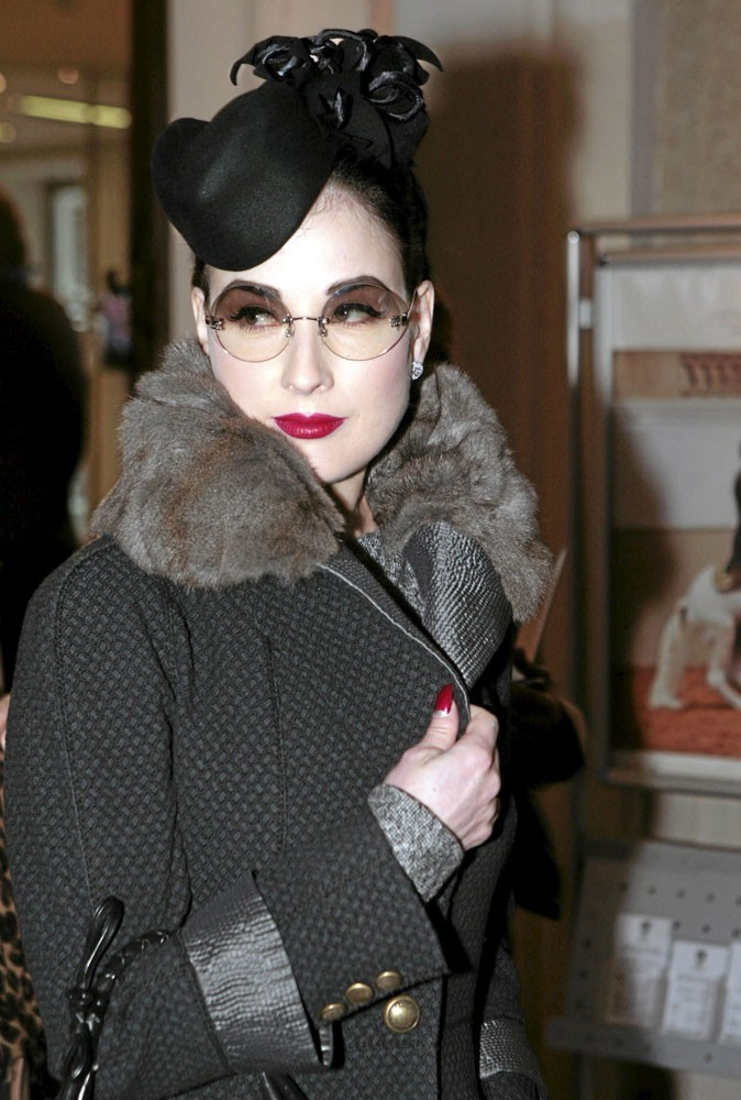 Looks de stars : Dita Von Teese ne sort plus sans ses lunettes à verres fumés