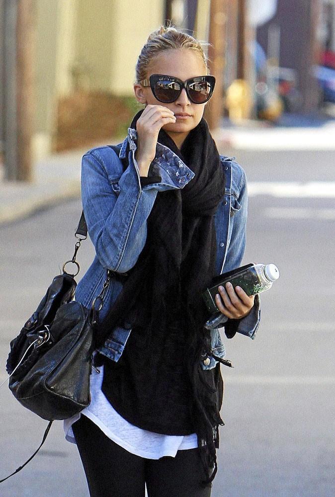 Looks de stars : Nicole Richie multiplie les looks, mais pas touche à ses lunettes de soleil Kitty !