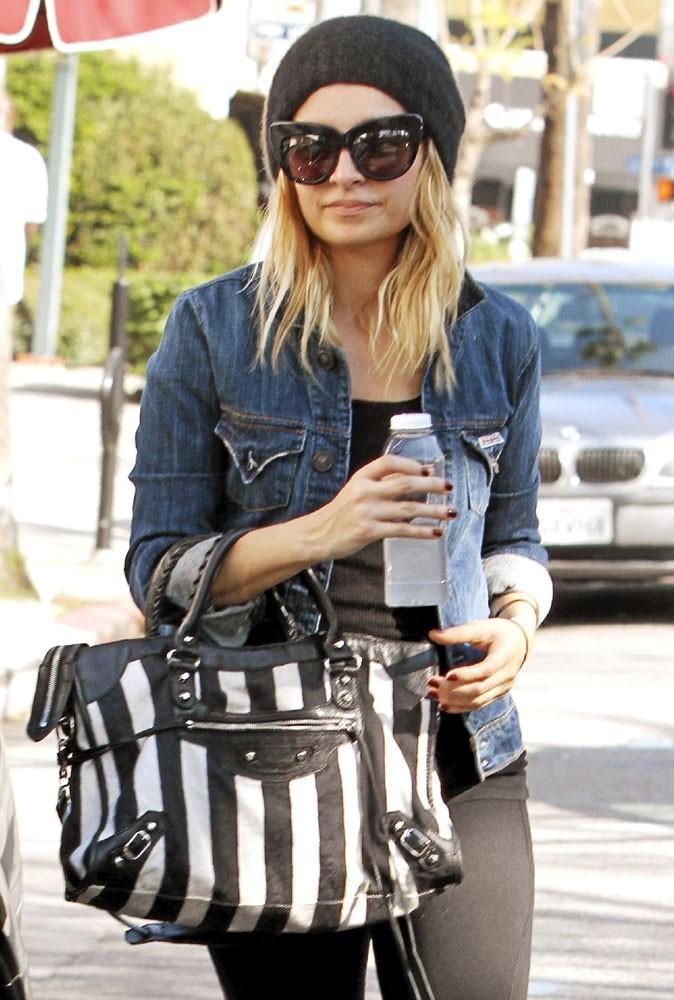 Looks de stars : Nicole Richie ne peut plus de passer de ses lunettes de soleil à montures Kitty !