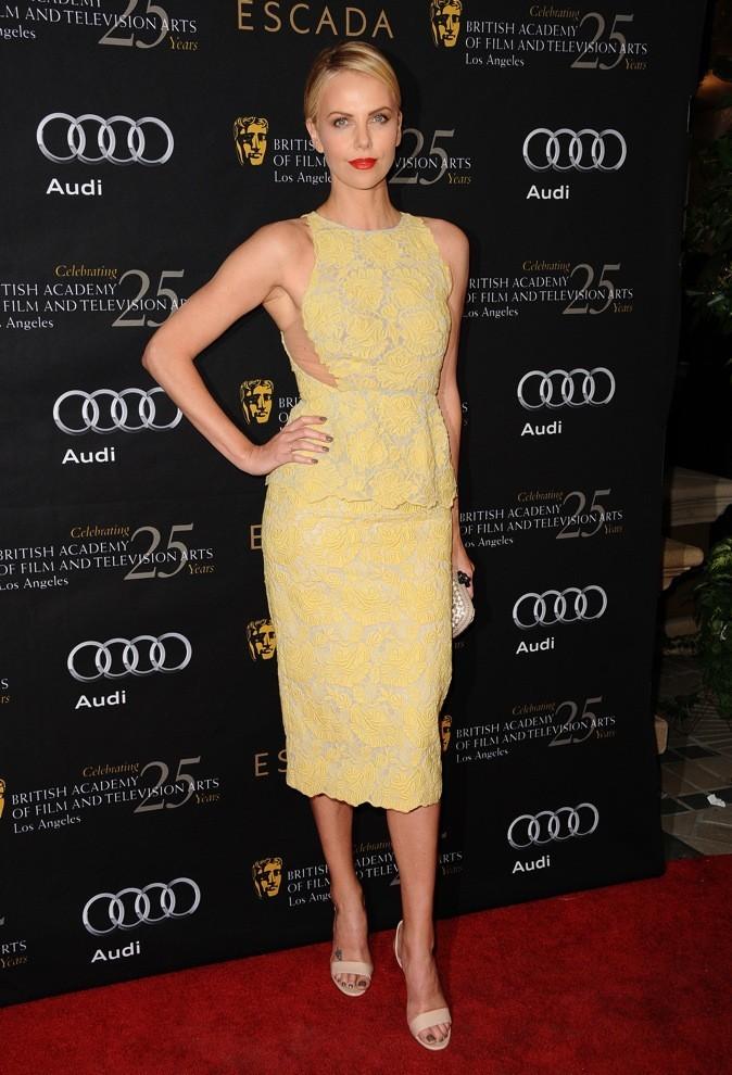 Charlize Theron en robe ajourée au niveau du buste