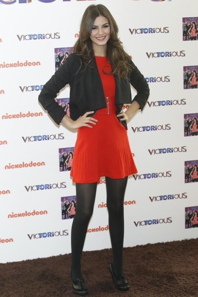 Victoria Justice, encore et toujours en robe pour un look rock'n'roll