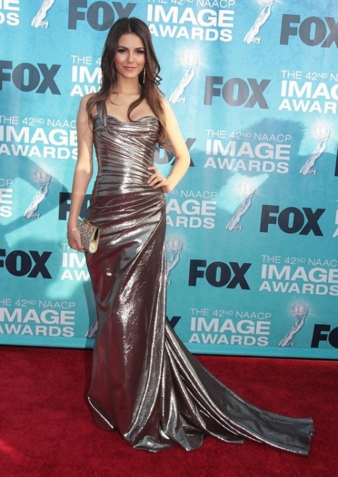 Victoria Justice très classe avec sa robe à longue traîne...