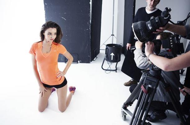 Petit short moulant et tee-shirt orange flashy, Miranda Kerr est éblouissante pour la nouvelle campagne Reebok !