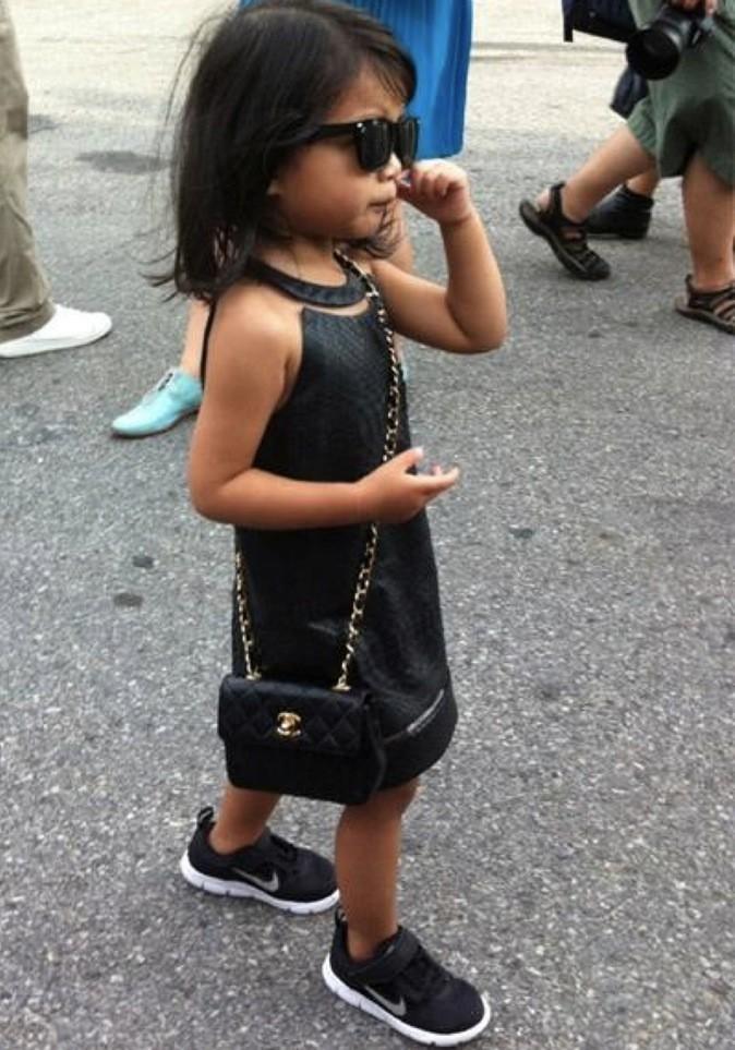 Aila Wang, avec sa robe en cuir, ses baskets Nike et son sac Chanel