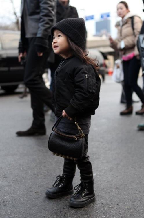 Aila Wang, avec sa veste bomber, son pantalon en cuir et son minuscule sac Alexander Wang