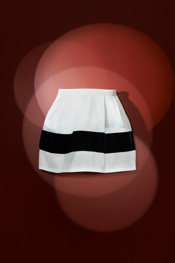 Jupe en jersey de coton et son ruban en velours noir appliqué 75€