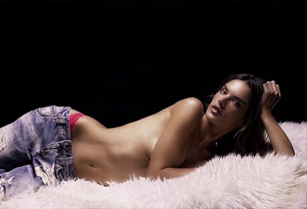 Mode : Alessandra Ambrosio : a deux doigts de l'extase pour... Love Magazine !
