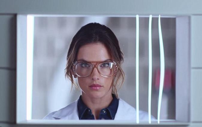 Mode : Alessandra Ambrosio : une scientifique sexy pour Replay !