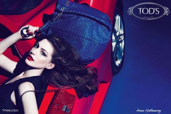 Anne Hathaway joue les femmes fatales pour Tod's !