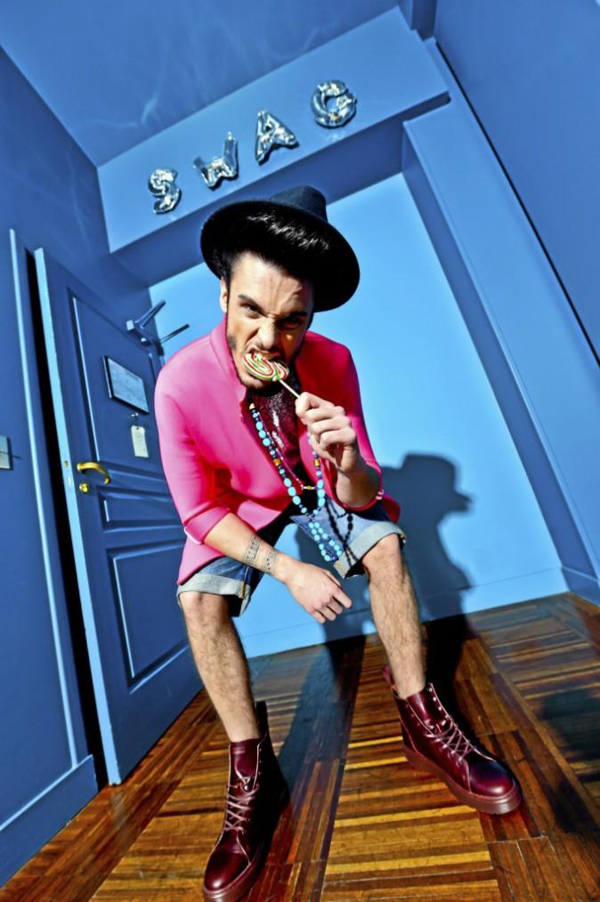HAPPY : Chapeau, H.E. by Mango, 22,95 €. Manteau, Suncoo, 119 €. T-shirt marbré, Eleven Paris, 45 €. Collier, Aaron Jah Stone, prix sur deman...