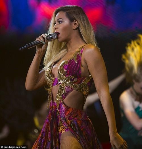 Beyoncé : Ses formes seraient-elles trop généreuses pour Roberto Cavalli ?