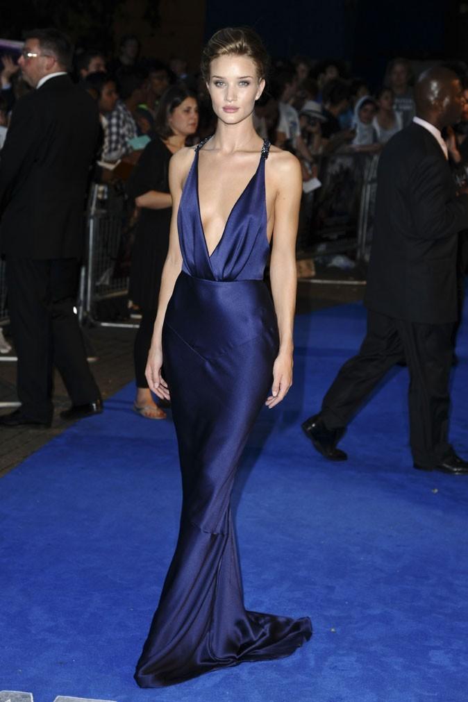 Un corps de robe dans cette robe bleu nuit