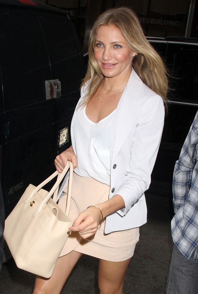 Tenue n°1 de Cameron Diaz le 20 juin 2011 : l'ensemble jupe nude et veste blanche, sage mais sexy !