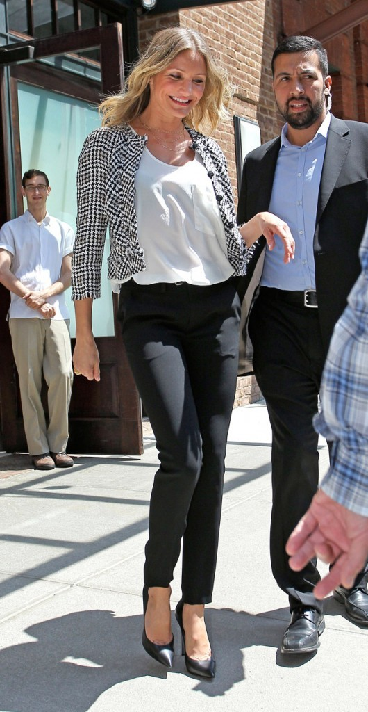 Une veste imprimée noir et blanc sur un top blanc et un pantalon noir, chic et sobre