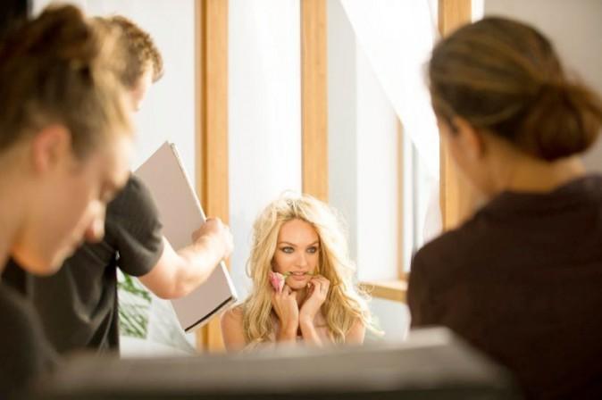 """Mode : Candice Swanepoel : elle nous présente le parfum de Victoria's Secret, """"Bombshells in Bloom"""", en petite tenue !"""
